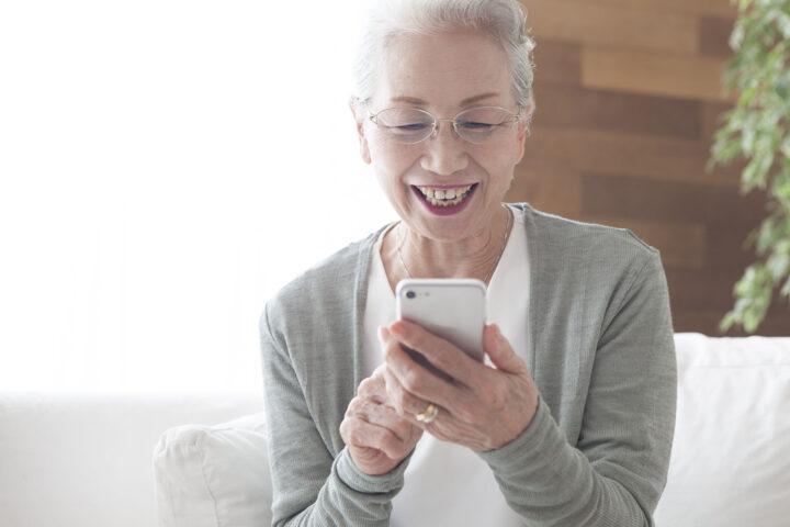 Senior som använder digitala samtals videosamtal