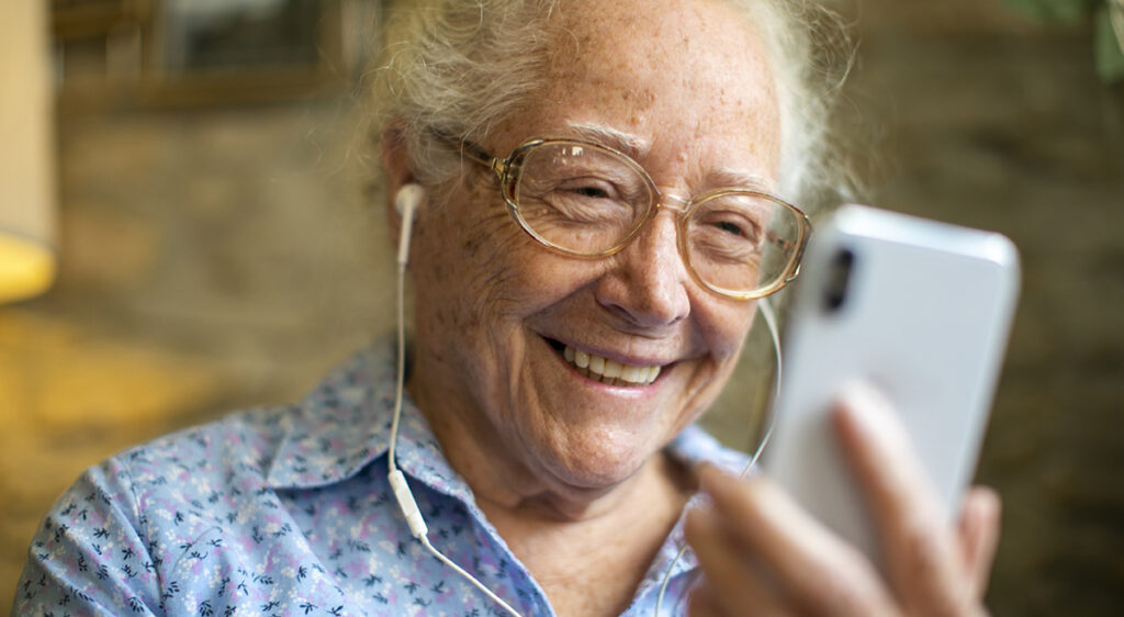 Senior som använder Digitala Samtals säkra videosamtal