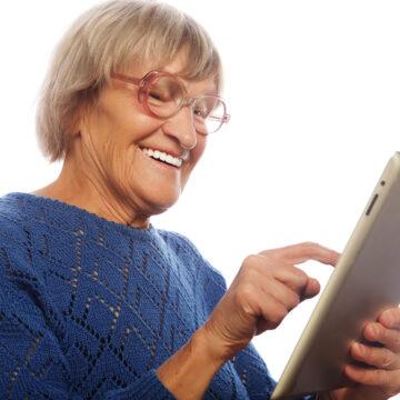 Senior som använder digitala samtal på iPad