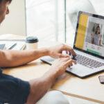 Handläggare som använder digitala samtals tjänst för säkra videosamtal inom socialtjänsten